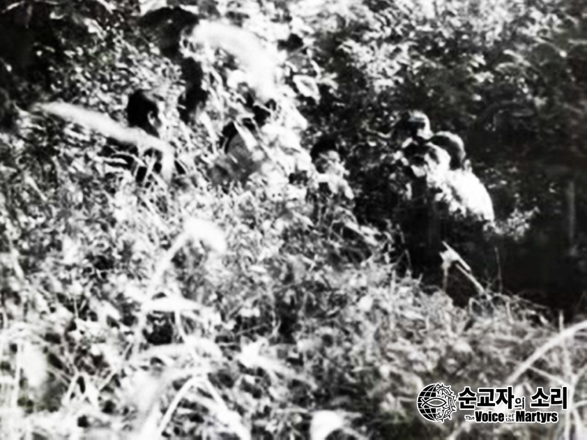 Cha Deoksun and others worshiping in the woods